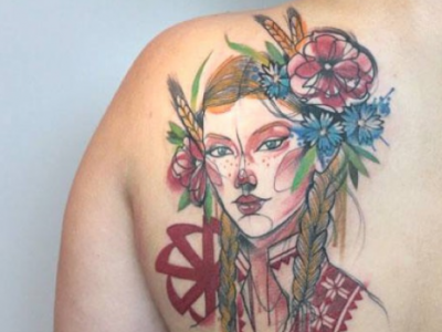 אישה מסורתית צמות ופרחים