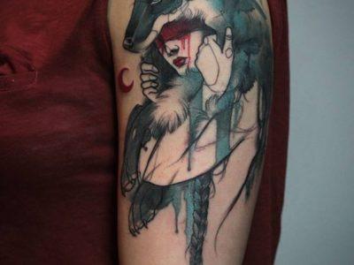 קעקוע צבעי מים זאב מחבק אישה עם ירח