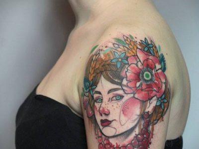 קעקוע צבעי מים כתף אישה זר פרחים