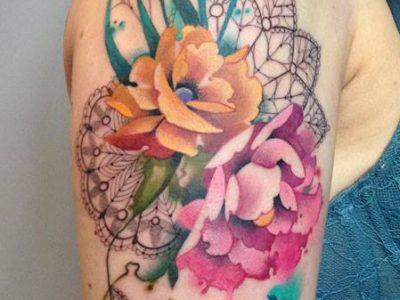 קעקוע צבעי מיםמנדלה משולבת פרחים צבוניים