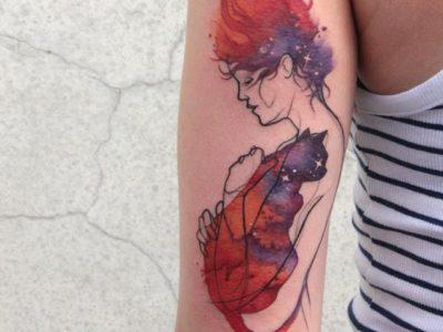 קעקוע צבעי מים אישה מחבקת חתול חללי גלקטי