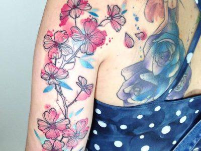 קעקוע פרחים בצבעי מים על הכתף