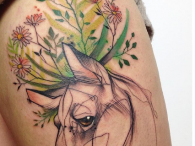 קעקוע צבעי מים bull and flowers tattoo
