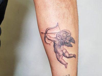 קעקוע קופידון על היד