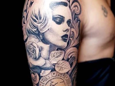 פנים של אישה עם עיטורים פרח וכיתוב