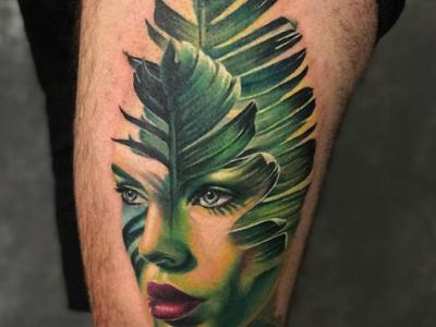 קעקוע פורטרט אישה עם עלה ירוק