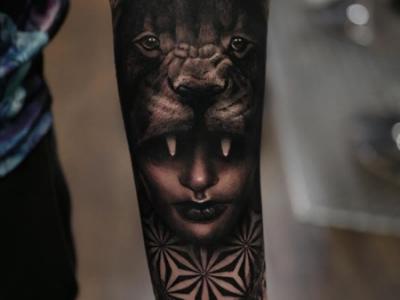 קעקוע ריאליסטי אריה ופנים של אישה