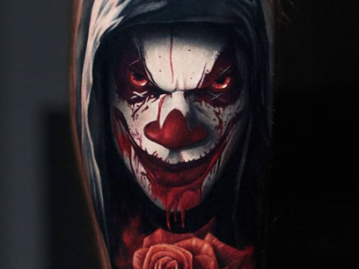 קעקוע ריאליסטי צבעוני ליצן מרושע ורד אדום