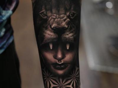 קעקוע אישה ואריה על היד