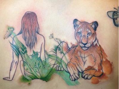 גב אישה ונמר