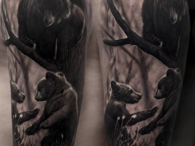 קעקוע ריאליסטי שחור דובים על עץ