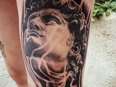 פסל יווני עם להבות דוד יווני