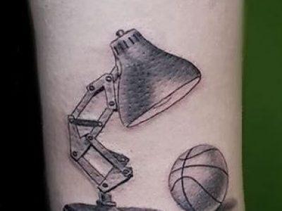 קעקוע ריאליסטי קטן מנורת שולחן כדורסל