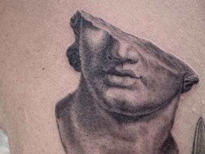 קעקוע ריאליסטי חצי פנים של פסל יווני
